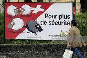 cartaz é de uma campanha lançada pelo SVP em 2007 propondo expulsar estrangeiros condenados por crimes no país. As cores berram como ovelhas