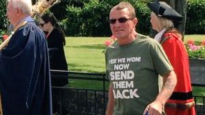 """Cidadão inglês, na cidade de Romford, veste camiseta com os dizeres """"Sim! Nós ganhamos! Agora mande-os embora""""."""
