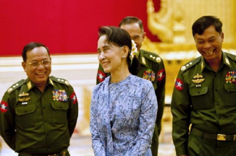 Aung San Suu Kyi, Nobel da Paz por lutar contra a ditadura em seu país, atual líder de fato do governo de Mianmar, em reunião da ASEAN para tratar dos Rohingya