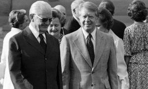 Geisel e o presidente dos Estados Unidos Jimmy Carter (1977-1981). Com a chegada do Democrata ao poder a ditadura militar começa a se enfraquecer.
