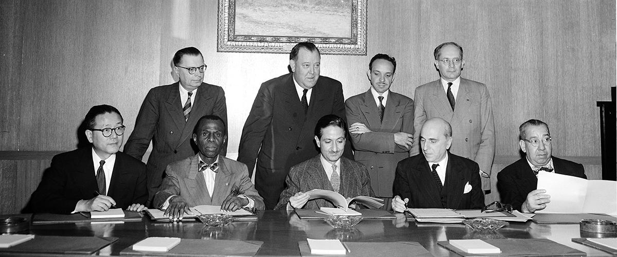 Ratificação da Convenção contra o Genocídio, assinada em 14 de outubro de 1950, em Nova York. Raphael Lemkin está de pé a direita