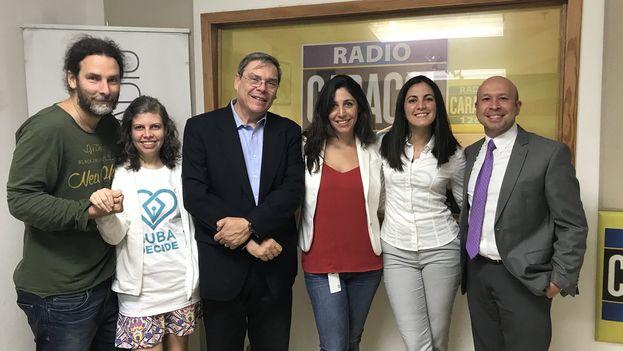 Opositores cubanos apresentam o código de direitos e liberdades, em 26 de julho. À esquerda da jornalista, Orlando Luis Pardo, Lia Villares e Juan Manuel Cao. À direita, entre dois jornalistas, Rosa María Payá.