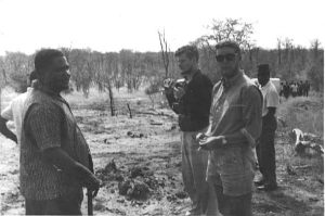 Peter Fry (de óculos escuros) visita Nkomo em Gonakudzingwa, em novembro de 1964