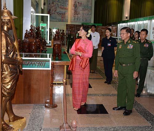 Aung San Suu Kyi visita o Museu dos Serviços de Defesa em companhia do general Min Aung Hlaing, em julho de 2016