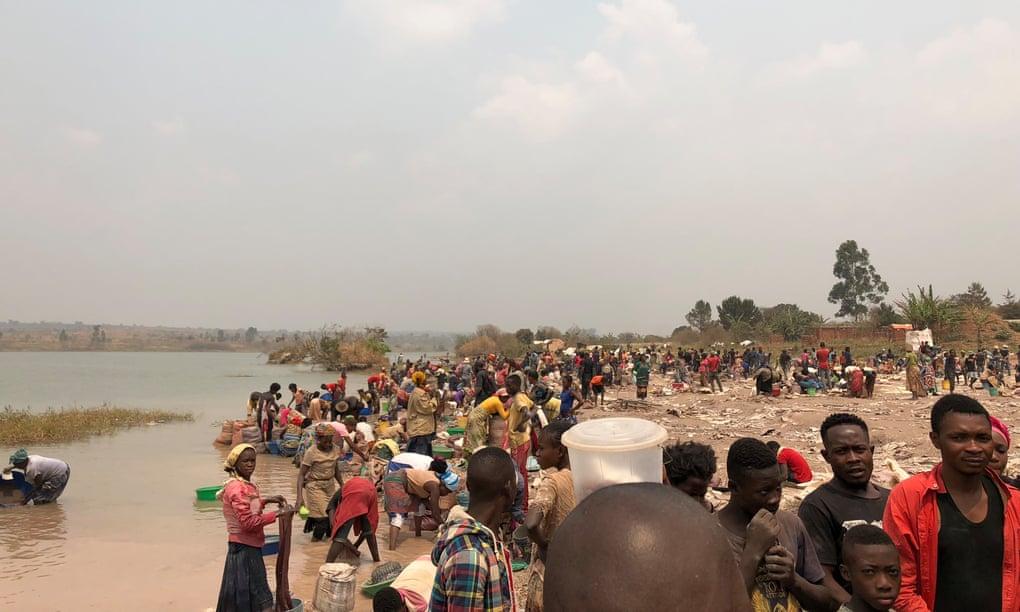 Mineiros artesanais lavam os minérios antes de vendê-los. É uma atividade comum para as mulheres e crianças. Marca de um modelo econômico baseado em violação de direitos humanos e na degradação do meio ambiente.