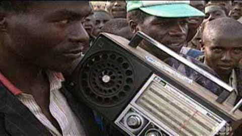 """A programação da Rádio Livre das Mil Colinas disseminava o ódio entre os hutus, qualificando os tutsis de """"baratas"""". A emissora orientava a carnificina, anunciando a localização dos """"alvos"""" tutsis. Os locutores justificavam a matança lembrando a opressão histórica. Falavam de justiça..."""