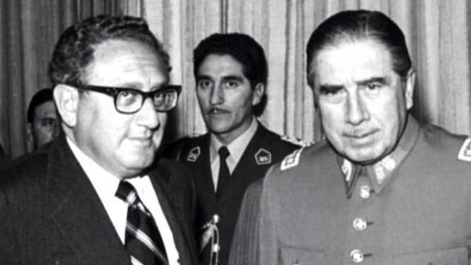 Henry Kissinger, secretário de Estado de Richard Nixon, com o ditador Augusto Pinochet