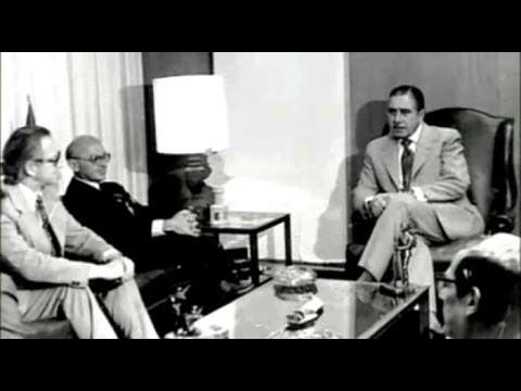 O economista americano Milton Friedman (ao centro) é recebido por Pinochet, em Santiago, no início de 1975