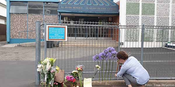ributos espontâneos às vítimas de Christchurch diante de mesquita, na Nova Zelândia