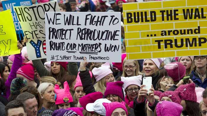 Milhares de mulheres participaram dos protestos contra Donald Trump, em 21 de janeiro de 2017