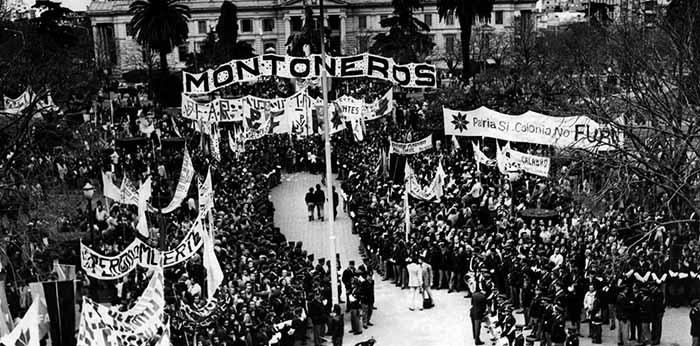 Peronistas aguardam, diante da Casa Rosada, o discurso de Perón do 1o de maio de 1974. No dia da ruptura, criticados publicamente pelo líder, os Montoneros se retiram da praça ruidosamente.