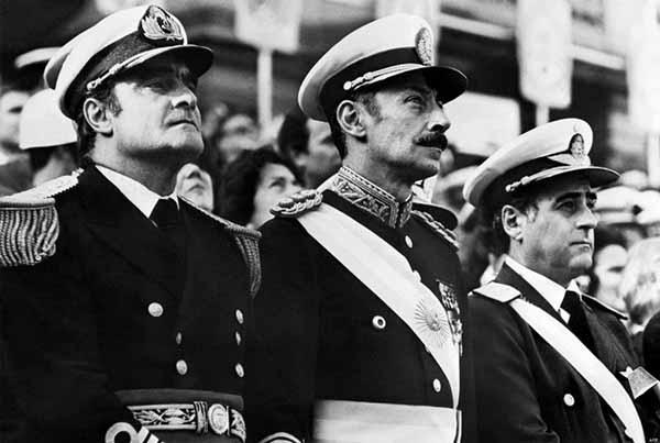A fim de evitar disputas internas, as Forças Armadas se uniram em uma Junta Militar, a verdadeira responsável pelo comando do país até 1983. Suas faces eram o almirante Emilio Eduardo Massera (à esquerda), o general Jorge Rafael Videla (no centro), e o brigadeiro-general Orlando Ramón Agosti (à direita)