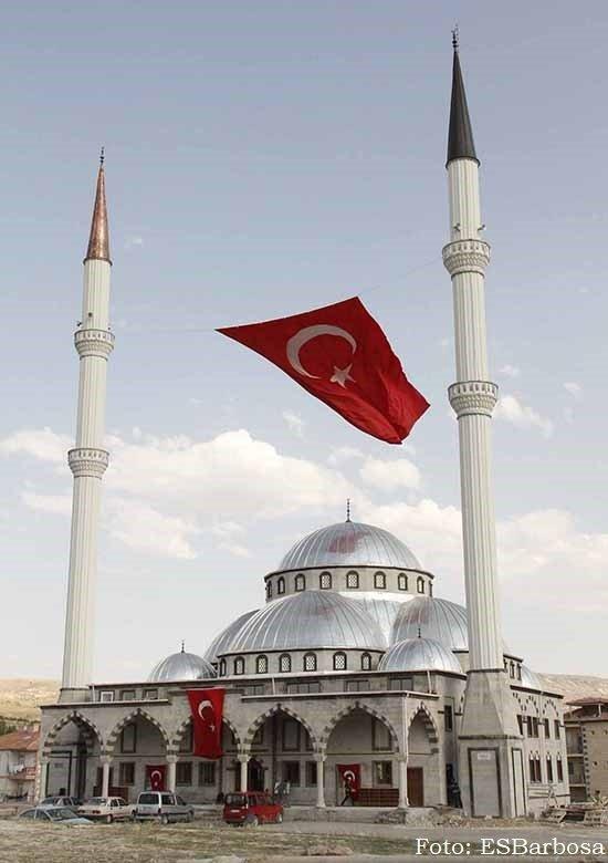 Mesquita na Capadócia. Erdogan redefine a Turquia em torno de dois pilares paralelos: a religião e o nacionalismo