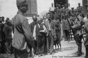 Judeus aprisionados por soldados romenos e alemães no pogrom na cidade de Iasi (Romênia), um massacre que deixou mais de 13 mil mortos entre 29 de junho e 6 de julho de 1941. Parte da história do holocausto.
