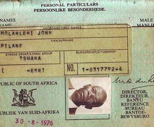 """A identificação do """"grupo étnico"""" funcionava como marca de exclusão: o portador não era um """"verdadeiro"""" sul-africano."""