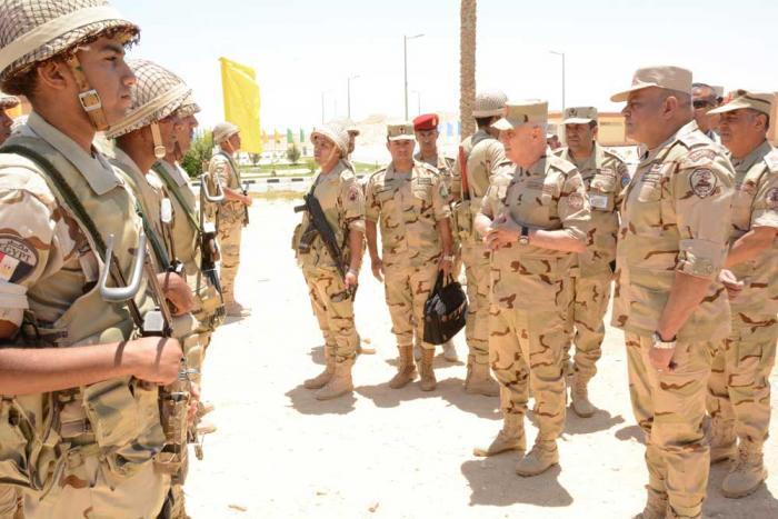 O general Mohamed Farid inspeciona as forças militares envolvidas na Operação Sinai, no início de 2018