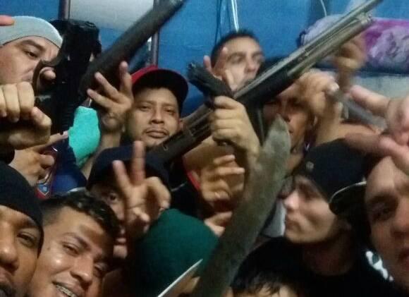 Presos rebelados no Complexo Penitenciário Anísio Jobim (Compaj), em Manaus, em janeiro de 2017