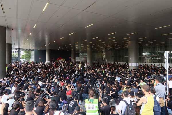 Os estudantes, à entrada do edifício do Conselho Legislativo no dia 20 de junho, ocupam a linha de frente na resistência democrática de Hong Kong