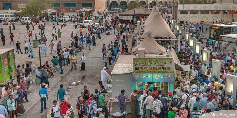 Trabalhadores imigrantes na estação de ônibus Al Ghanim, em Doha, Qatar