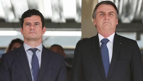 O ministro da Justiça, Sérgio Moro, ao lado do presidente Jair Bolsonaro