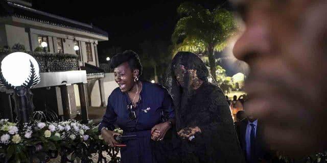 Grace Mugabe, de véu, nas exéquias do ex-ditador