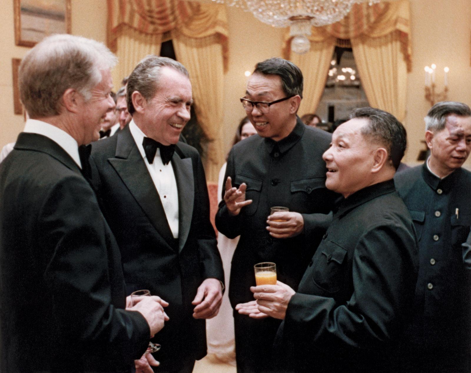 Carter, Nixon, um tradutor e Deng em conversa animada na Casa Branca. A imagem da vitória do pragmatismo sobre as ideologias: China e EUA precisaram mudar radicalmente as políticas aplicadas até então para preservar o status quo.
