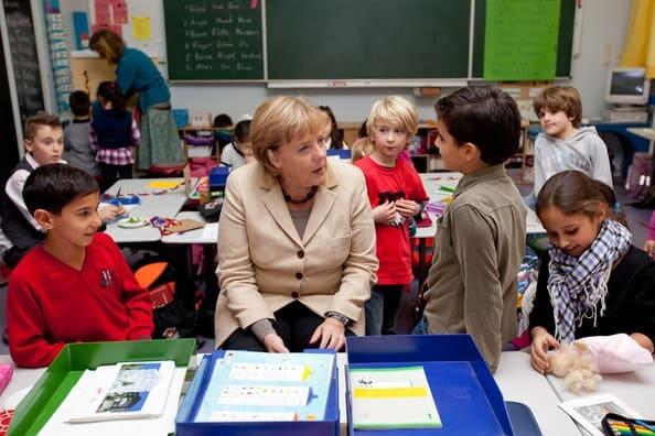 Merkel em escola com refugiados