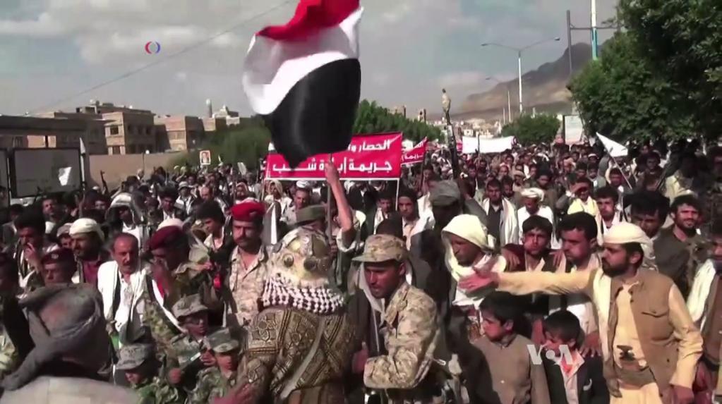 Houthis protestam contra os ataques aéreos promovidos pela coalização comanda pela Arábia Saudita, em 2015, que atingiu extenso número de civis inocentes